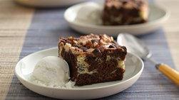 Copas de postre de brownie con un espiral de queso crema