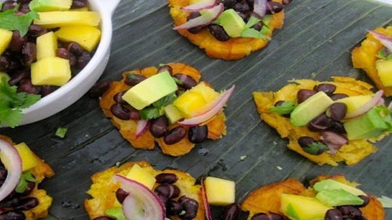 Patacones con Frijoles Negros, Mango y Aguacate