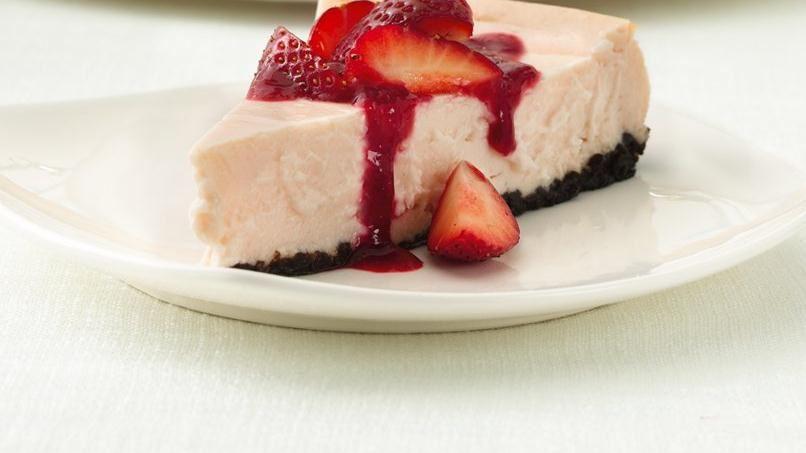 Cheesecake de Fresa con Salsa de Fresa y Frambuesa
