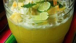 Agua fresca de piña y agua de coco
