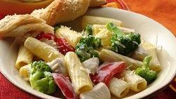 Pollo con rigatoni, brócoli y pimientos