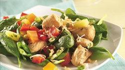 Ensalada tropical de pollo cubierta de salsa