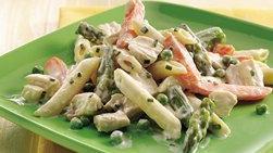 Ensalada de pollo, vegetales de primavera y pasta