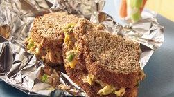 Sándwiches rellenos de atún y queso fundido a la parrilla