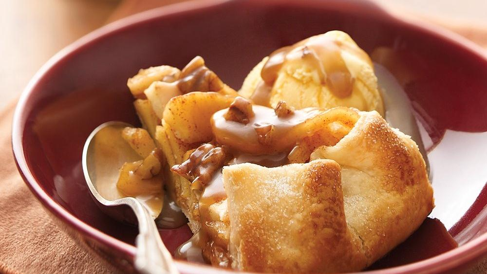 Cinnamon-Apple Pie with Caramel-Pecan Sauce